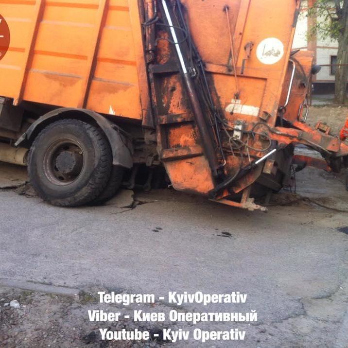 У Києві сміттєвоз провлився під сфальт (фото)
