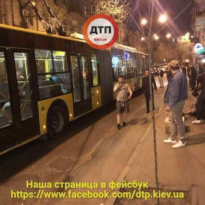 Ножові поранення і перекрита вулиця: у центрі Києві в тролейбусі сталася бійка