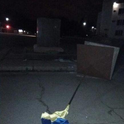 На Харківщині чоловік трактором зніс постамент з прапором України