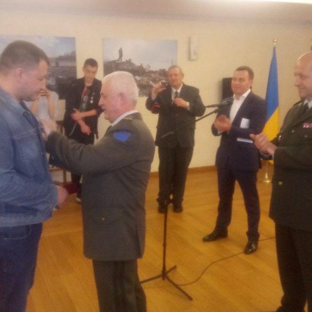Українська громада у Брюсселі нагородила поранених бійців АТО (фото)