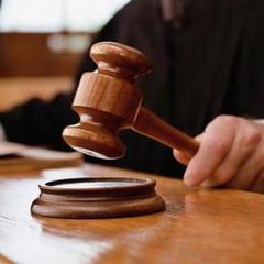 Адвокати Януковича викликали поліцію після засідання суду