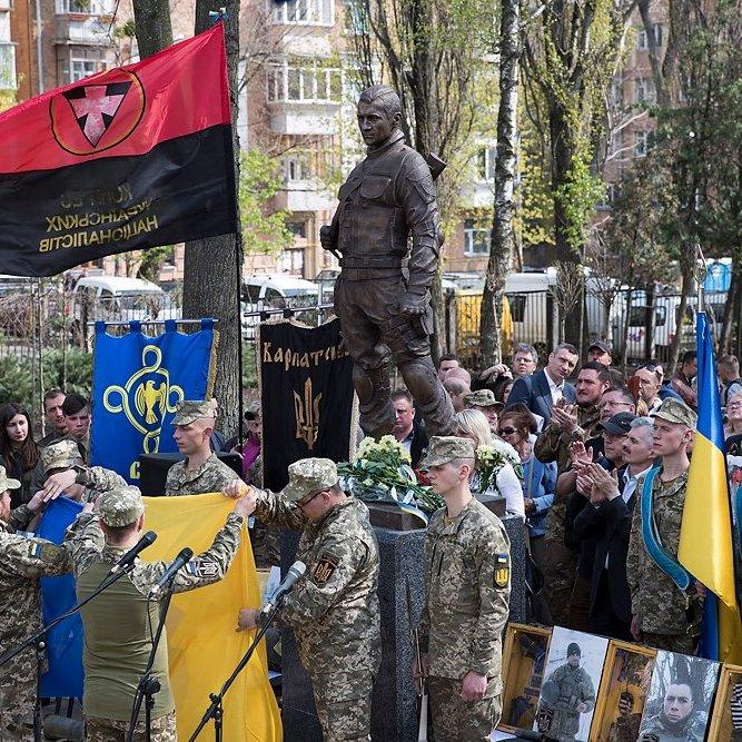 У Києві відкрили пам'ятник загиблому Герою АТО: фото
