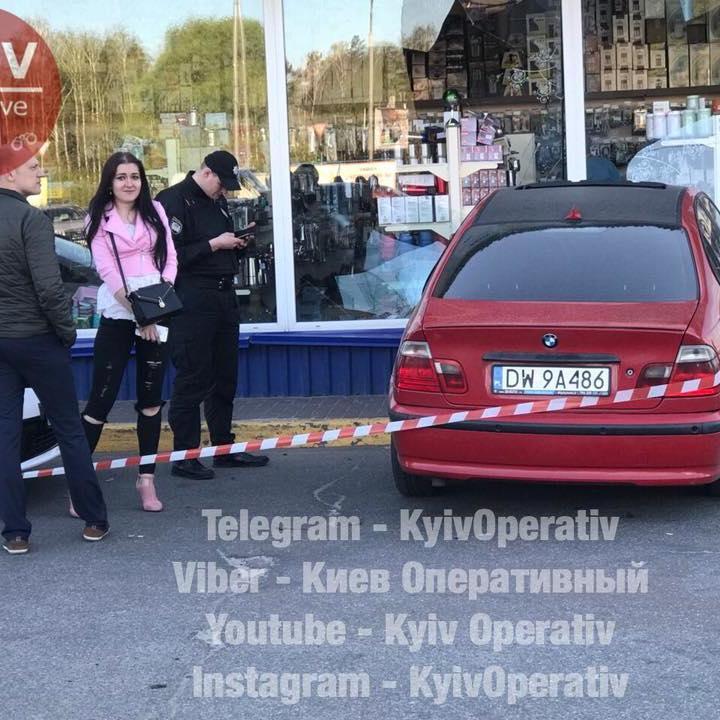 У Києві 22-річна дівчина на парковці протаранила шість авто і врізалася у вітрину магазину (фото)