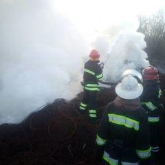 Черкаси затягнуло їдким димом: горіла величезна купа автопокришок (фото)