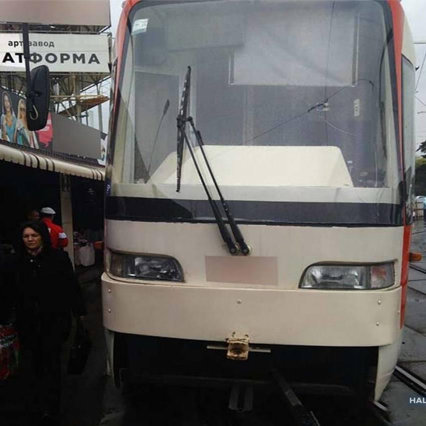 У Києві уламок металу пробив підлогу трамвая і поранив пенсіонерку, — поліція