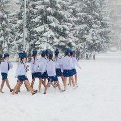 У Росії під час снігопаду школярів вивели марширувати в літньому одязі: фото