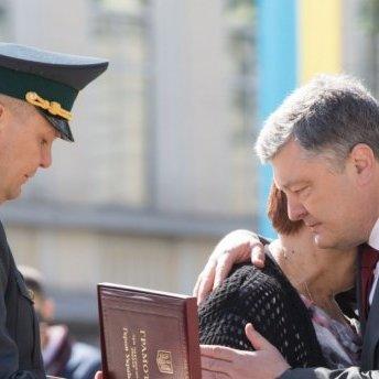 Порошенко посмертно вручив «Золоту Зірку» Героя України Євгену Пікусу