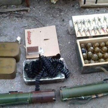 Серед інструментів у маріупольському гаражі знайшли арсенал зброї