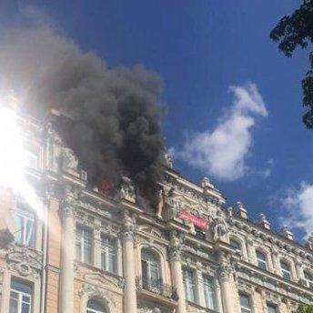 У Києві горіла історична будівля: фото з місця надзвичайної ситуації
