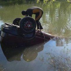 Під Запоріжжям автомобіль злетів в озеро: загинула жінка (фото)