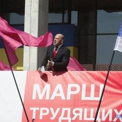 Фото:  люди мітингують у Києві з нагоди 1 травня