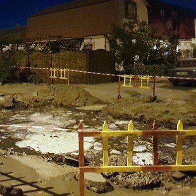 У Миколаєві прорвало каналізацію: затоплені вулиці, люди барикадуються мішками з піском (фото)
