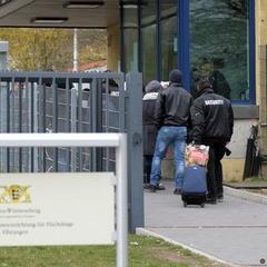 У Німеччині 150 біженців напали на поліцейських, щоб завадити депортації
