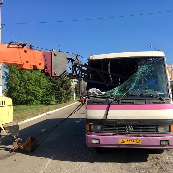 В Чернівцях стріла будівельного крана наскрізь прошила автобус (фото)