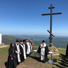 У Карпатах відновили 8-метровий Поклінний Хрест, який минулого року порубали та спалили вандали