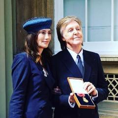 Королева Єлизавета II вручила Полу Маккартні Орден кавалерів пошани (фото)