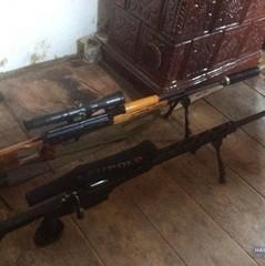 На Тернопільщині чоловік зберігав арсенал зброї та вибухівки у шафі