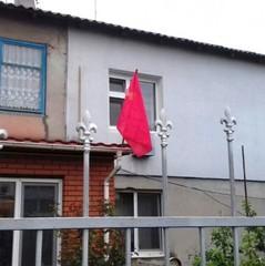 На Одещині місцевий житель вивісив на балконі радянський прапор