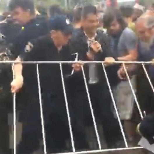«Здохни!»: в Дніпрі 9 травня сталася штовханина між пенсіонерами і поліцейськими (відео)