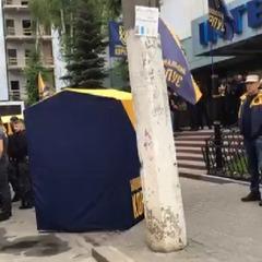 У Києві близько 100 активістів продовжують пікетувати будівлю телеканалу «Інтер»