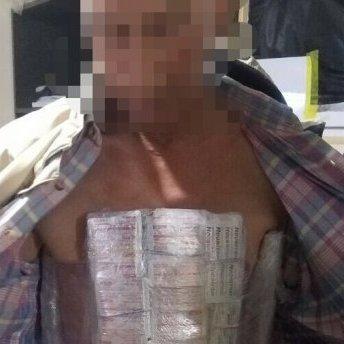 Українець хотів перевезти на собі ліки у «ДНР»: фото «винахідника»