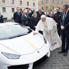 Стало відомо, за скільки Папа Римський продав свій суперкар Lamborghini