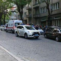 Учасник ДТП накинувся на з ножем на патрульну у Львові: 28-річній жінці потрібна операція