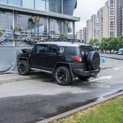 У Києві п'яний водій в'їхав в будівлю ТЦ і втік, кинувши в машині дружину з дітьми