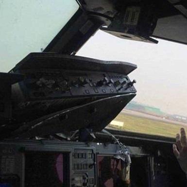 У кабіні пілотів літака під час польоту випало скло