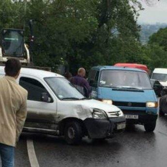 Відразу сім автомобілів зіткнулися у Львові
