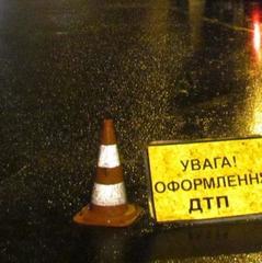 У Києві водій джипа врізався у терасу ресторану і втік, залишивши двох дітей в машині (відео)