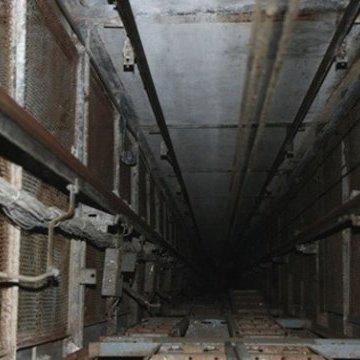 Львів'янка впала в шахту ліфта, коли намагалась дістати телефон