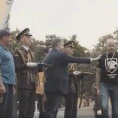 Стало відомо, чому ветеран «Азова» не захотів тиснути руку Порошенкові: відео