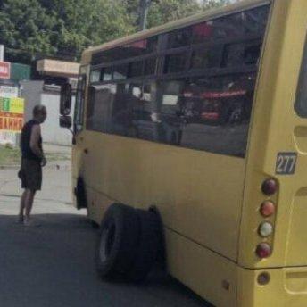 У київської маршрутки на ходу відлетіли колеса (фото)