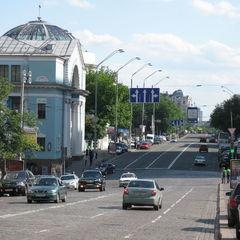 У центрі Києва на двох вулицях тимчасово заборонили паркувати авто