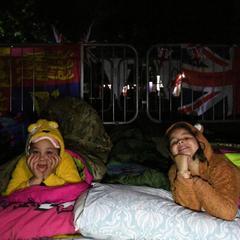 У Віндзорі багато хто провів ніч під відкритим небом в очікуванні весілля принца Гаррі