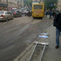У Львові водій маршрутки знепритомнів під час руху (фото)