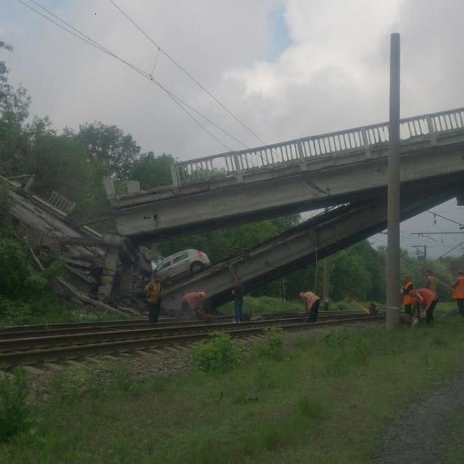 Склався навпіл: терористи підірвали міст на трасі Хрустальний - Луганськ (фото)