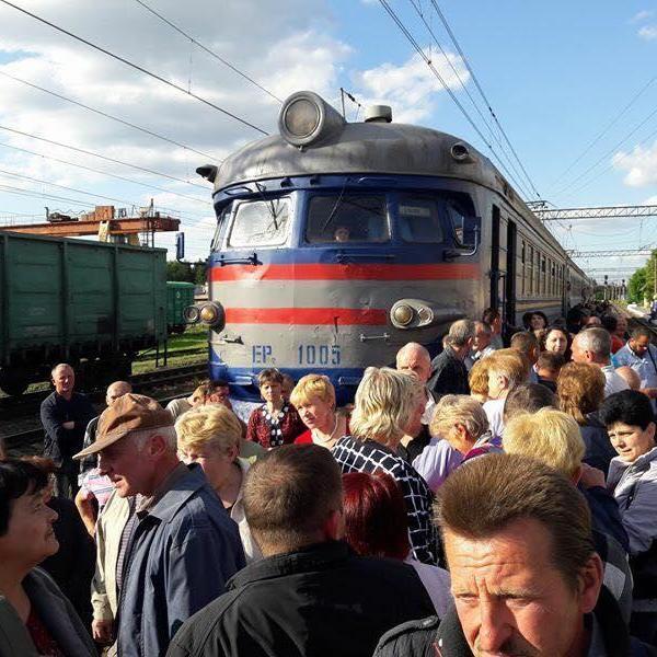 Не вистачило місця: на Львівщині пасажири заблокували рух електрички