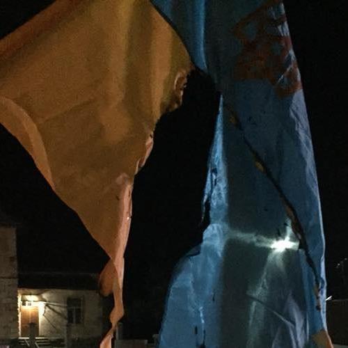 На Львівщині затримано чоловіка, який спалив державні прапори біля пам'ятника