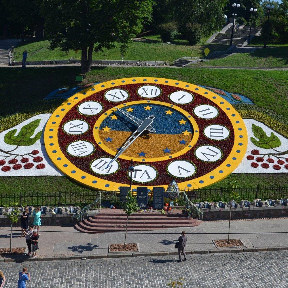 На Майдані відкрили оновлений квітковий годинник (фото)