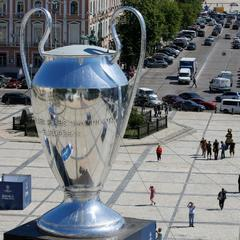 У центрі Києва встановили гігантський кубок Ліги чемпіонів (фото)