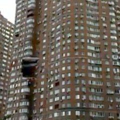 Киянин із парашутом вистрибнув у вікно багатоповерхівки (відео)