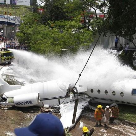 У Гондурасі при посадці у літака відвалився хвіст (відео)