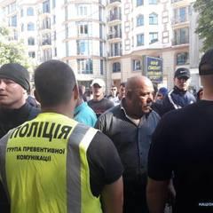 В центрі Одеси «кріптовалютники» закидали яйцями та петардами офіс активістів