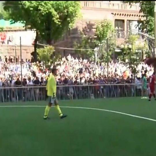 До фіналу Ліги чемпіонів зірки футболу зіграли з дітьми в Києві