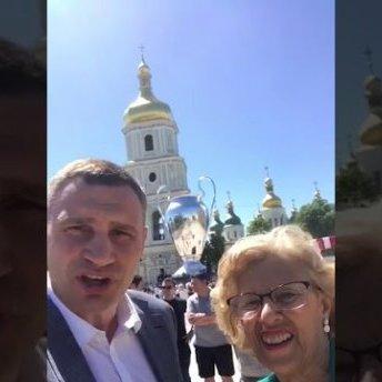 Кличко разом із очільницею Мадрида записав кумедне відеозвернення до мера Ліверпуля: відео