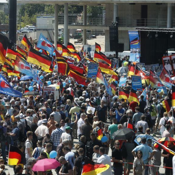 Тисячі прихильників і противників ультраправих вийшли на марш в Берліні