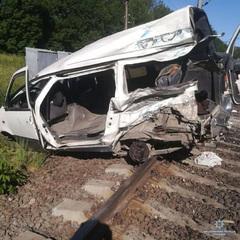 На Одещині потяг зіткнувся з мікроавтобусом: є загибла, травмовані діти