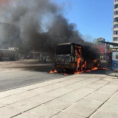 У Львові біля кінцевої зупинки вщент згоріла маршрутка (відео)